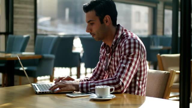 vídeos de stock, filmes e b-roll de homem usando um laptop - trabalho de freelancer