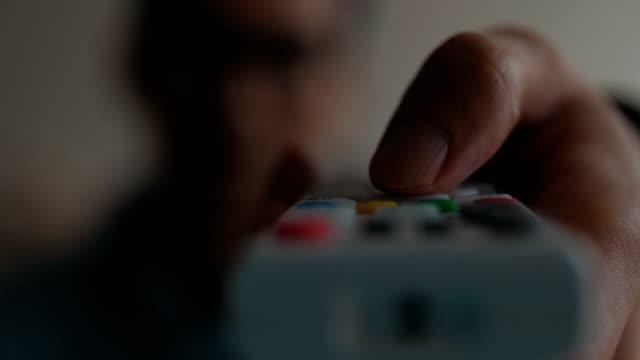 vídeos de stock, filmes e b-roll de homem usando um controle remoto assistindo tv - aconchegante