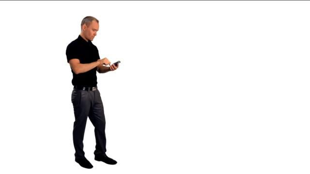 vídeos y material grabado en eventos de stock de hombre usando un teléfono táctil - dispositivo de entrada
