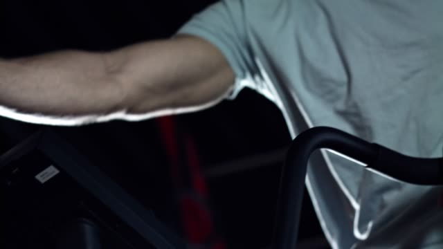 mann mit luft fahrrad in der turnhalle - heimtrainer stock-videos und b-roll-filmmaterial