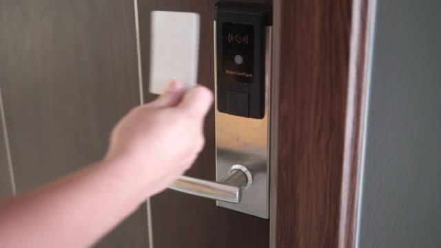 vídeos de stock, filmes e b-roll de homem usando um cartão eletrônico de segurança para abrir a porta. - indústria eletrônica