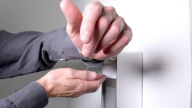vídeos de stock, filmes e b-roll de homem usando dispensador automático de desinfetante para a mão - safety