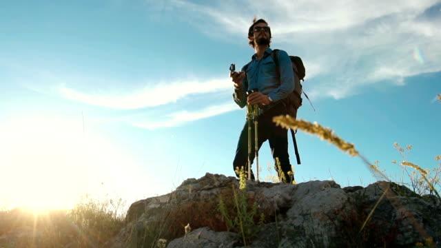mann mit kompass am berg - kompass stock-videos und b-roll-filmmaterial