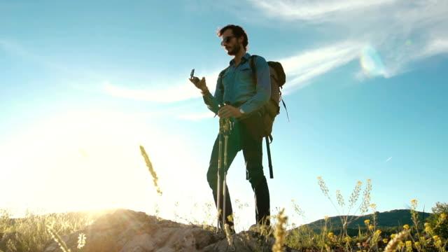 mann mit kompass - kompass stock-videos und b-roll-filmmaterial