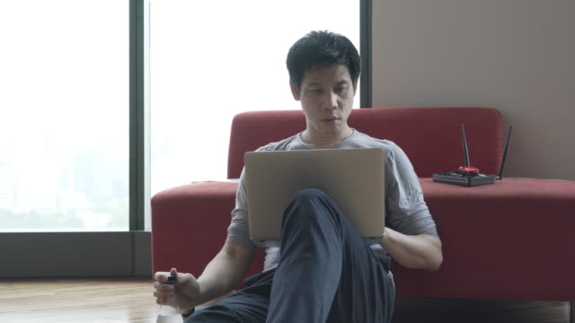 vidéos et rushes de homme en utilisant l'ordinateur pour avoir un accès aux ordinateurs cibles - casser les codes