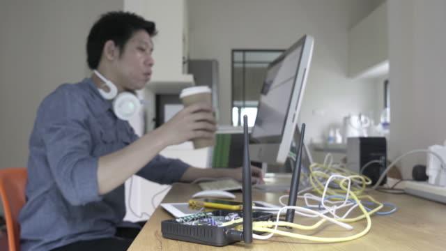 Mann mit Computer für einen Zugriff auf Zielcomputern