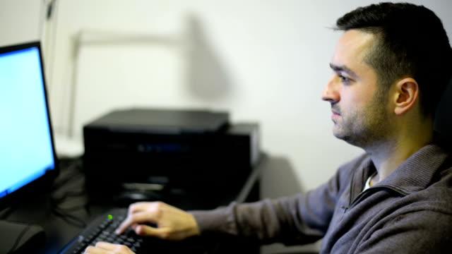 vidéos et rushes de homme avec ordinateur - seulement des jeunes hommes
