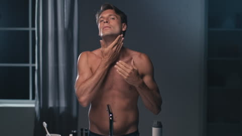 mannen med crème på hans ansikte - kroppsvård bildbanksvideor och videomaterial från bakom kulisserna