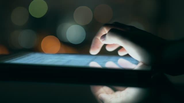 vídeos de stock, filmes e b-roll de homem usando tablet digital à noite - touch screen