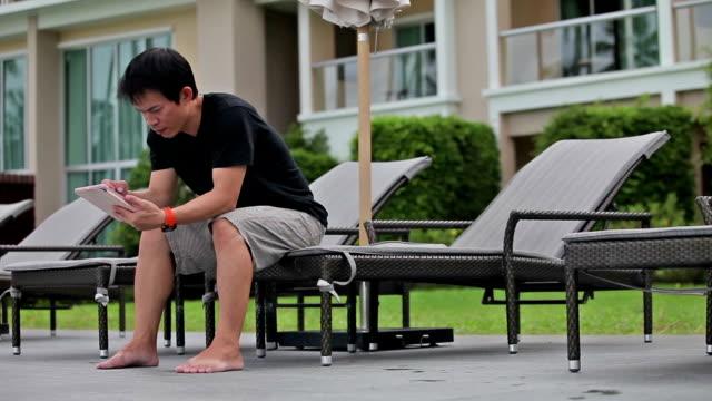 mann mit digitalen tablet im freien - schwarzes hemd stock-videos und b-roll-filmmaterial