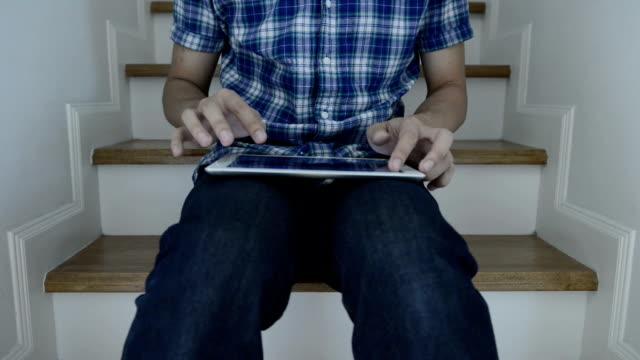vídeos de stock e filmes b-roll de homem usando tablet digital - só um homem de idade mediana