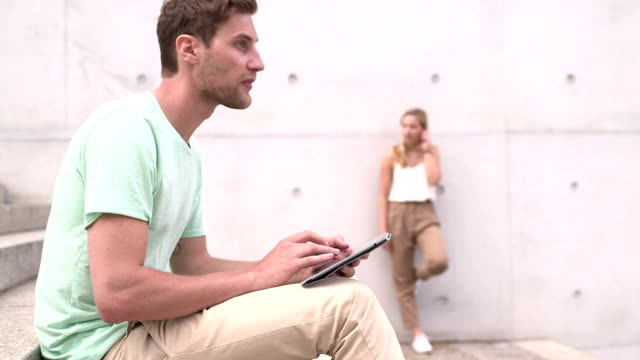 Hombre usando tableta digital