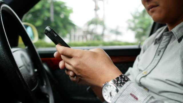 Mann mit GPS-Navigation im Handy während der Fahrt Auto