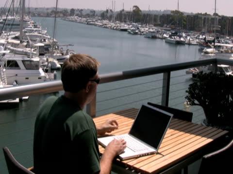 mann mit laptop hinter, erhält schlechte nachrichten - nur männer über 30 stock-videos und b-roll-filmmaterial