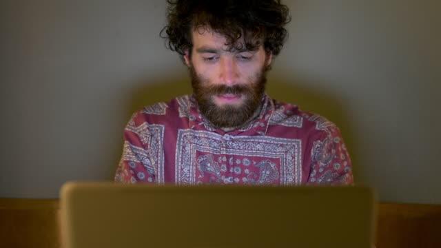 vídeos y material grabado en eventos de stock de man using laptop - hípster urbano