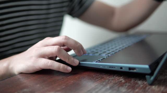 vídeos de stock, filmes e b-roll de homem usando laptop com touchpad de teclado. - touchpad