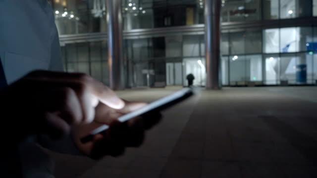 mann mit handy in der nacht in der stadt - privatsphäre stock-videos und b-roll-filmmaterial