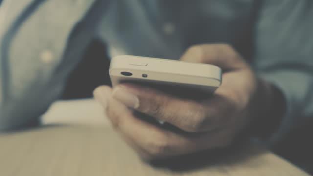 vídeos de stock, filmes e b-roll de homem usando telefone celular - close-up tiro - texto