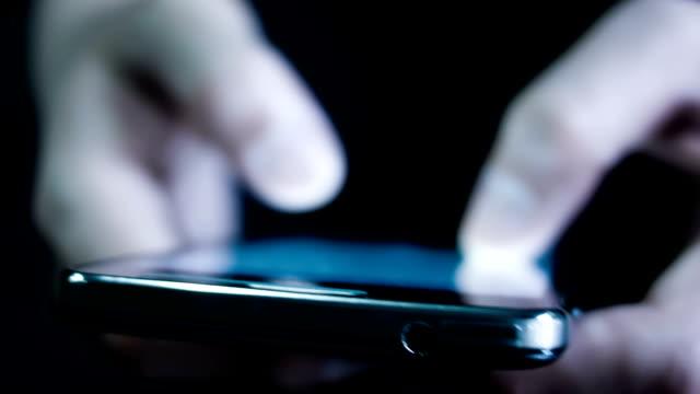 男性のモバイルスマートフォンを使用しています。 - 動物の行動点の映像素材/bロール