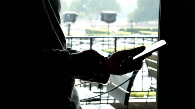 男性の電話のカフェ - 電子手帳点の映像素材/bロール