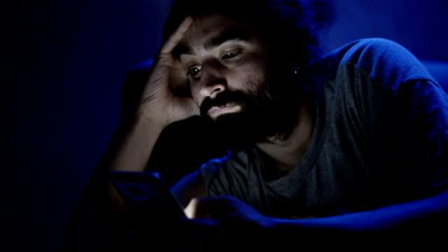 Uomo utilizzando smartphone