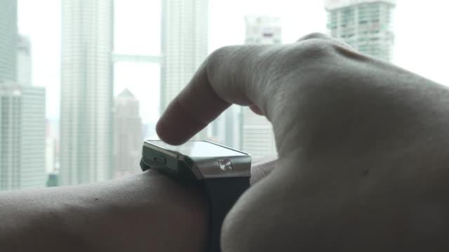 男性スマートをご覧いただけます。 - アスレチック点の映像素材/bロール