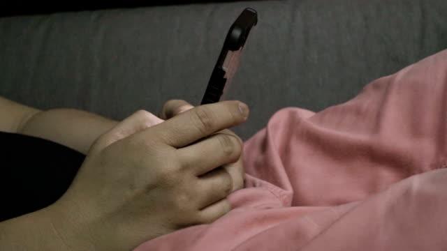stockvideo's en b-roll-footage met man met smartphone in een huis - elektronische organiser