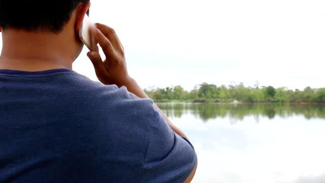 mann, mit smartphone, in natürlichen und den fluss - menschlicher finger stock-videos und b-roll-filmmaterial