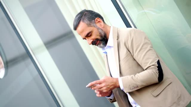 Mann mit Smartphone im freien 4k