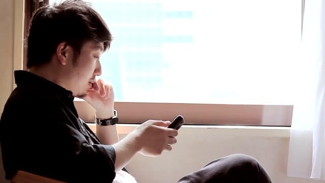 男性のスマートフォンを使用しています。 - 郵便点の映像素材/bロール