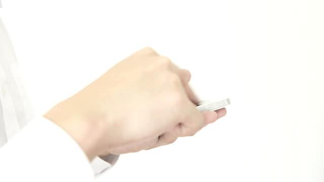 uomo utilizzando smartphone - dito umano video stock e b–roll