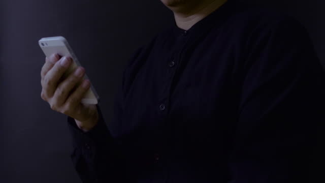 vídeos de stock, filmes e b-roll de homem usando smartphone - send