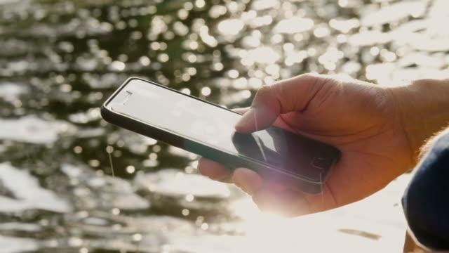 cu: man använder sociala medier - skicka aktivitet bildbanksvideor och videomaterial från bakom kulisserna