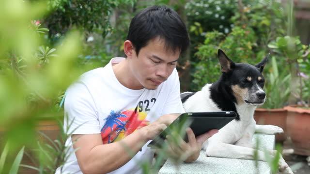 Uomo utilizzando tablet in giardino