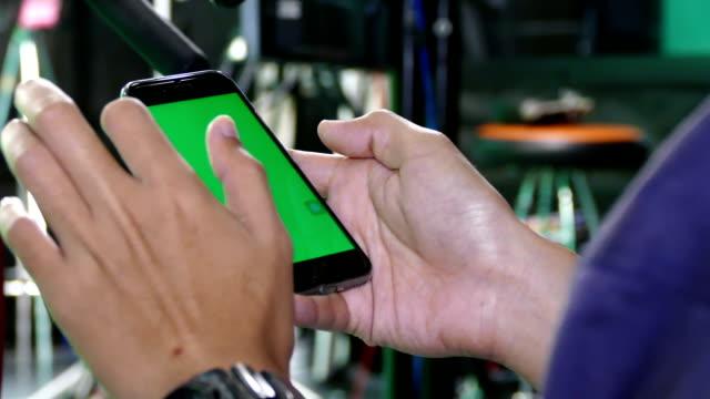 vidéos et rushes de homme à l'aide de tablette avec écran vert - modèle réduit