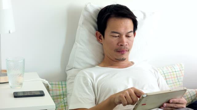 uomo utilizzando tablet - adagiarsi video stock e b–roll