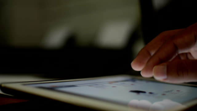 mann mit tablet  - fensterrahmen stock-videos und b-roll-filmmaterial