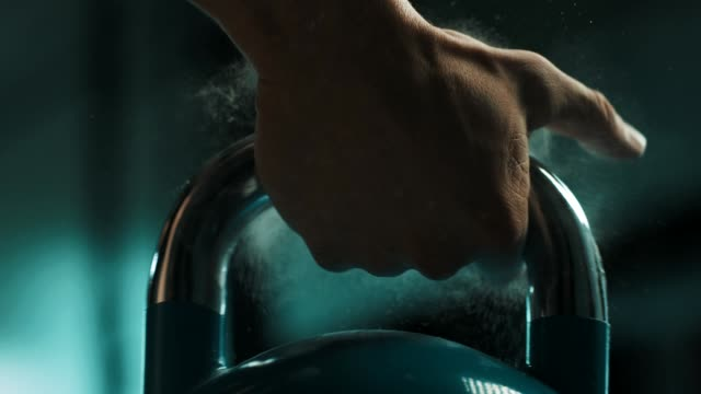 stockvideo's en b-roll-footage met man met de kettlebell - gym