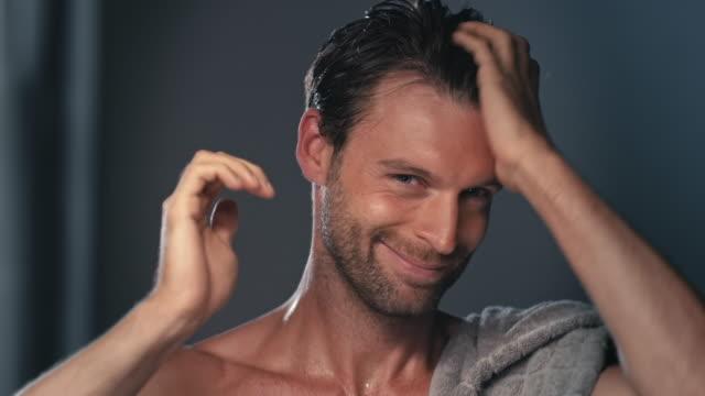 vídeos de stock e filmes b-roll de man using towel - homem tomando banho