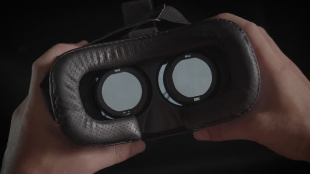 stockvideo's en b-roll-footage met man met behulp van virtual reality bril pov, close-up - headset