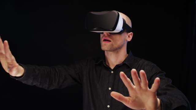 Mann mit virtual-Reality-Brille. Großen imaginäres Objekt berühren