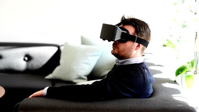 Man met behulp van Virtual Reality bril