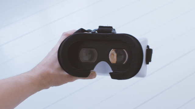 mann mit virtual reality brille pov - virtuelle realität stock-videos und b-roll-filmmaterial