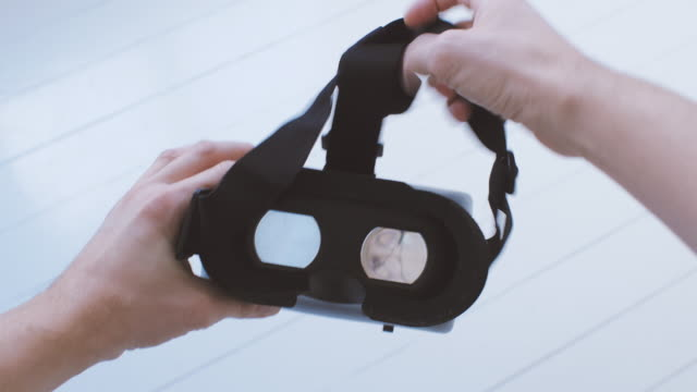 stockvideo's en b-roll-footage met man met behulp van virtual reality bril pov - grijpen