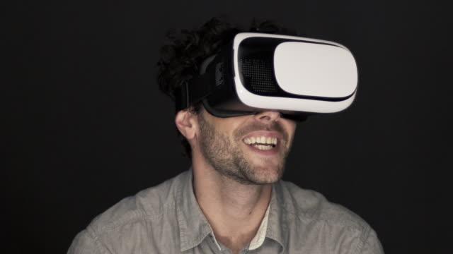 vídeos y material grabado en eventos de stock de man using virtual reality simulator - vista de frente