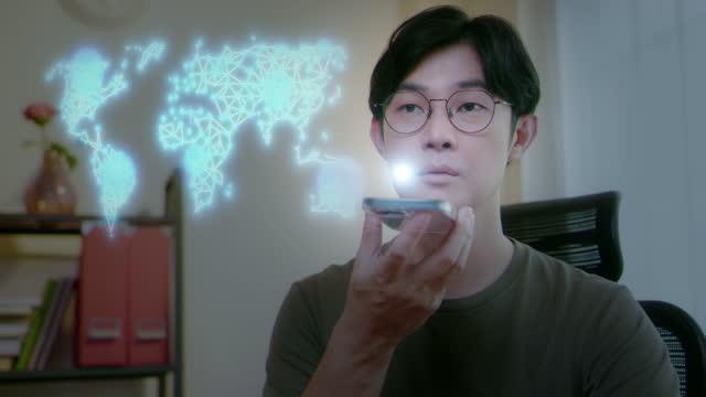 uomo che usa il comando vocale con ologramma vr. riconoscimento vocale - remote control video stock e b–roll