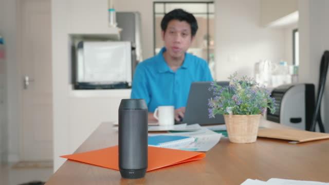 vídeos y material grabado en eventos de stock de hombre usando la voz para comandar electrodomésticos y equipos - voz