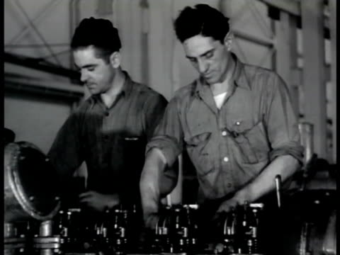 vídeos y material grabado en eventos de stock de pontiac man w/ lathe mechanics working engine males assembling motor workers into pontiac factory vs men working on oerlikon 20mm cannon antiaircraft... - munición