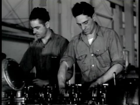 pontiac man w/ lathe mechanics working engine males assembling motor workers into pontiac factory vs men working on oerlikon 20mm cannon antiaircraft... - ammunition bildbanksvideor och videomaterial från bakom kulisserna
