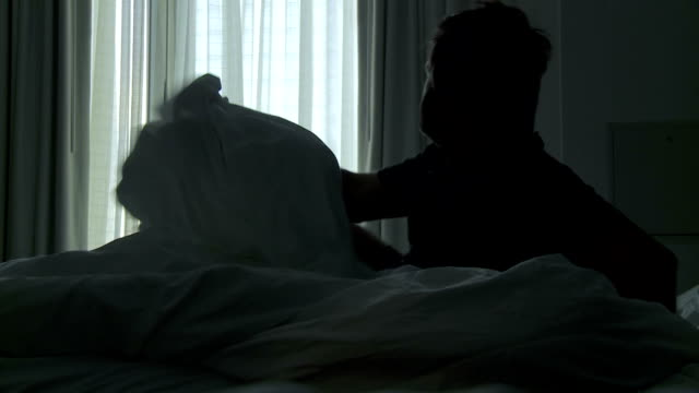 stockvideo's en b-roll-footage met hd: man waking up in the morning - wakker worden